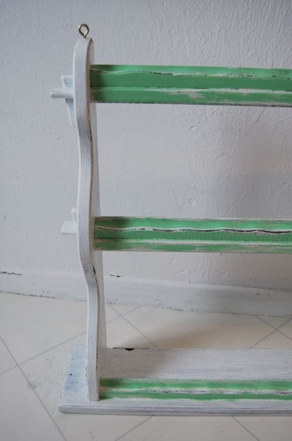 altes tellerboard tellerregal im shabby style farbe wei gr n schariwari shop. Black Bedroom Furniture Sets. Home Design Ideas