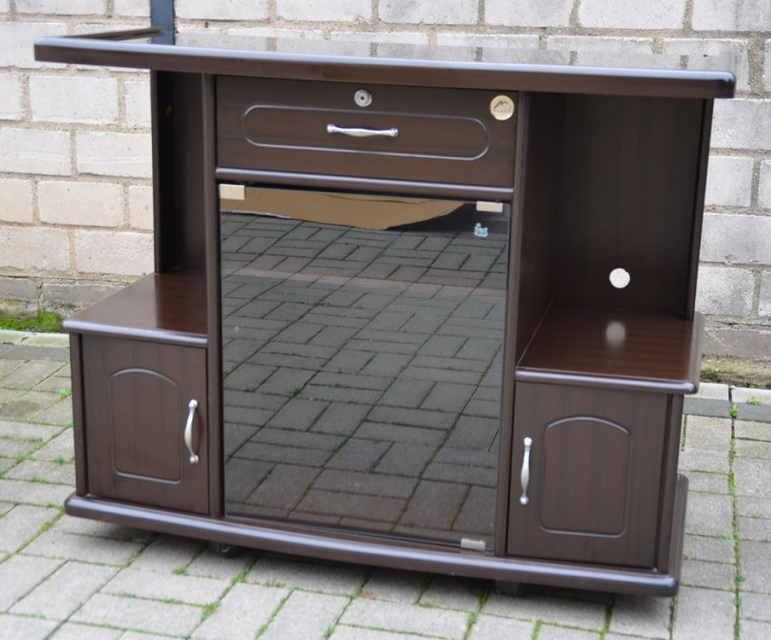 tv phono schrank mit dunkelbraunem holzdekor schariwari. Black Bedroom Furniture Sets. Home Design Ideas