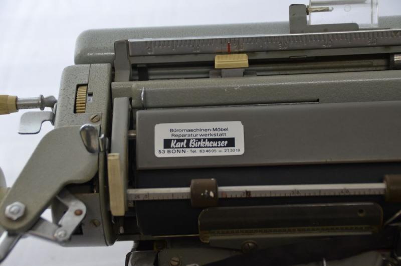 Alte olympia schreibmaschine mit abdeckung schariwari shop for Mobel aus den 60er jahren