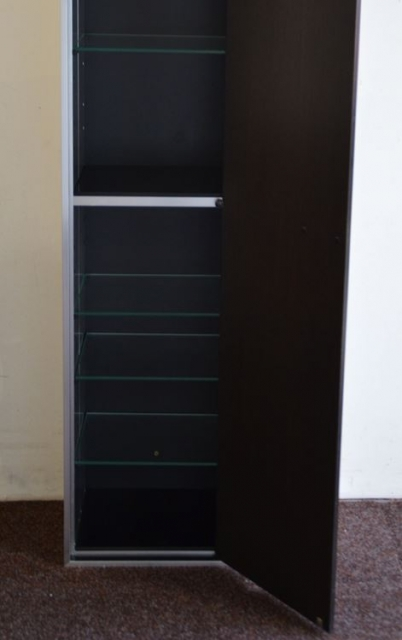 hoher schrank metall holzt re glaseinlegeb den schariwari shop. Black Bedroom Furniture Sets. Home Design Ideas