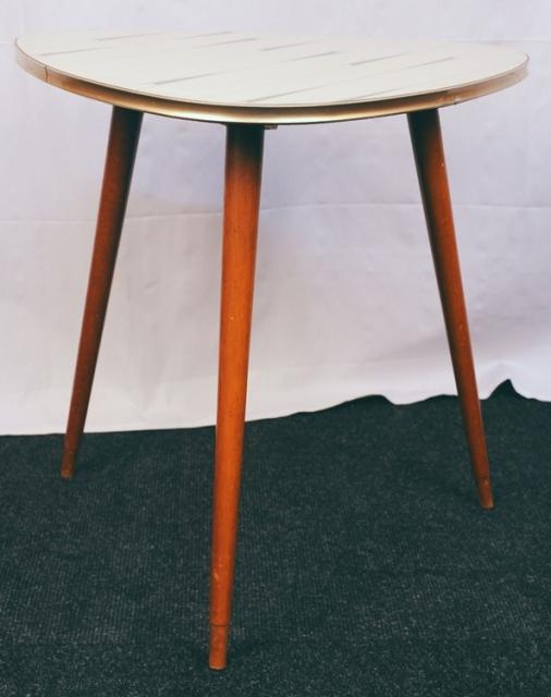 Kultiger 70er jahre beistelltisch in dreiecksform for Beistelltisch 70er